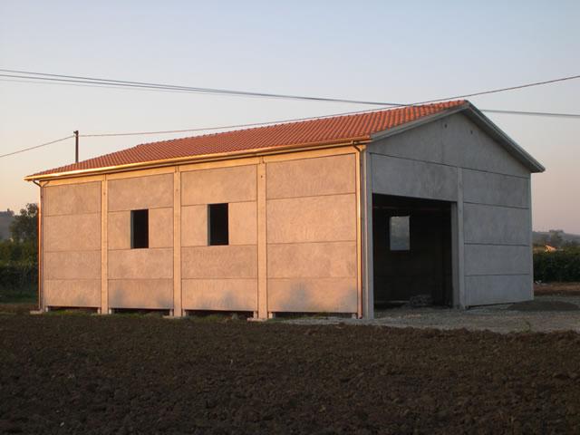 Realizzazione di un prefabbricato agricolo in cemento for Piani di capannone per uffici esterni