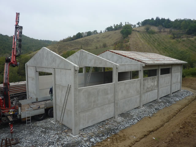 Realizzazione capannone agricolo ad uso magazzino e for Capannone prefabbricato agricolo prezzi