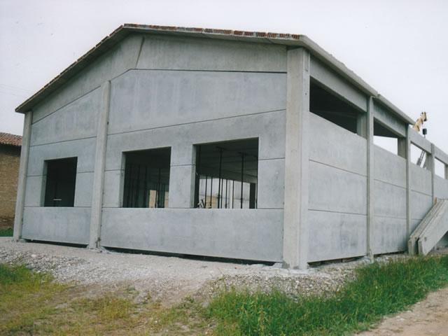 Realizzazione di un prefabbricato ad uso artigianale in for Capannoni prefabbricati usati in ferro
